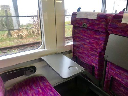 普通列車グリーン車のテーブル