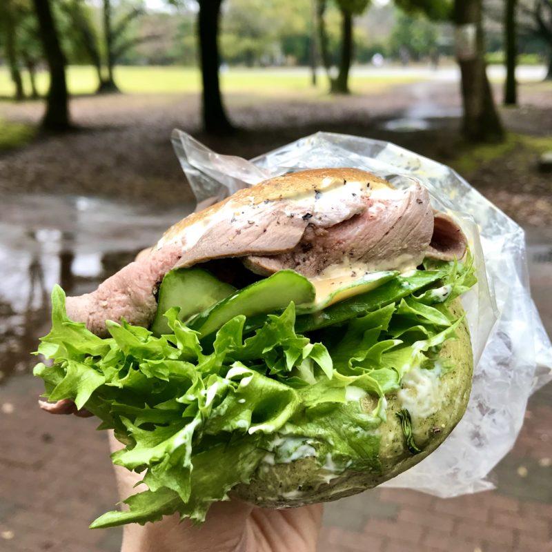 公園でサンドイッチ